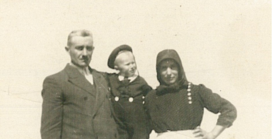 Sándor Illés in his childhood with his parents